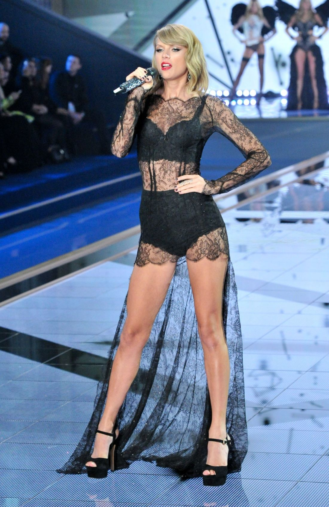 taylor-swift-performs-at-victoria-s-secret-fashion-show-in-london-december-2014_1