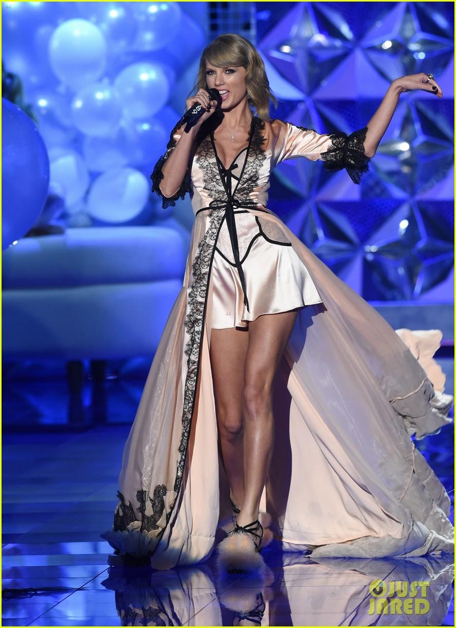 taylor-swift-victoria-secret-fashion-show-performance-09